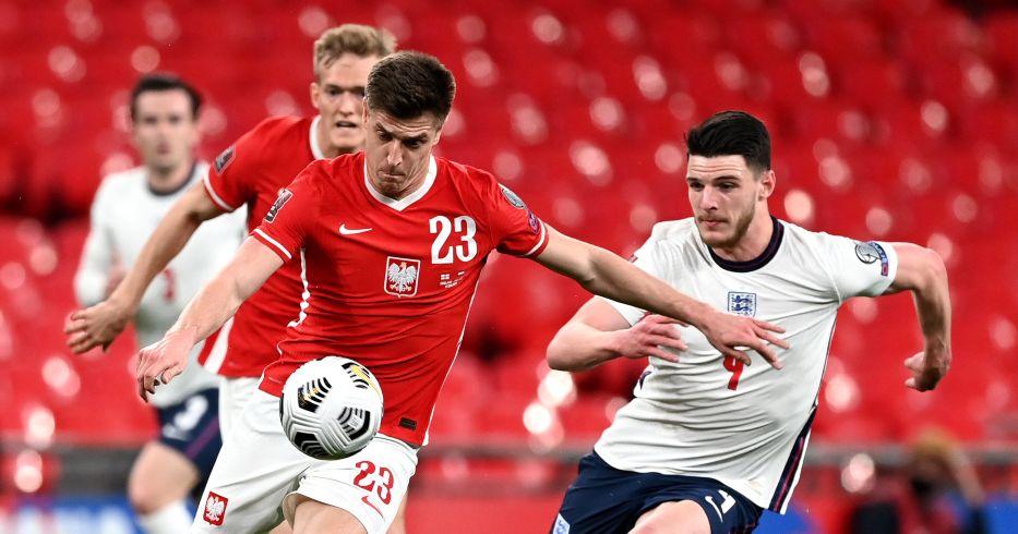 Declan Rice tries to tackle Krzysztof Piatek