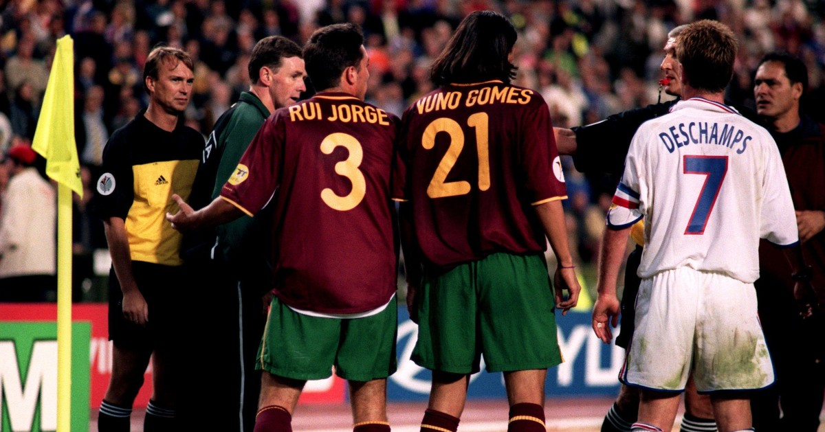 I giocatori portoghesi e francesi discutono
