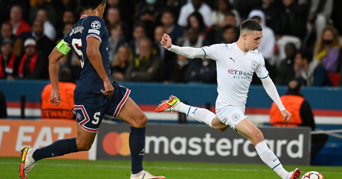 Phil Foden takes a shot in a game vs PSG